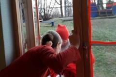 Nissen leverte sekken sin igjennom vinduet