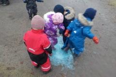 Når vi hopper i vannet blir det bobler!