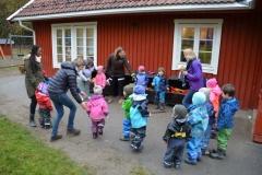 """Barna danser og synger """"Mattesangen"""""""