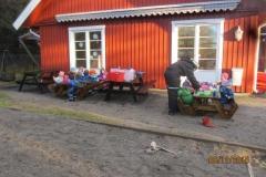 Hvitveisen og 3 åringene på Blåveisen spiste ute mens de andre barna var på Sæteren gård. En hyggelig stund